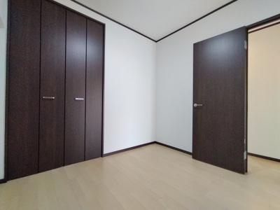 洋室(4.48帖):こちらのお部屋にはクローゼットが2か所にございます。収納豊富なお部屋です。
