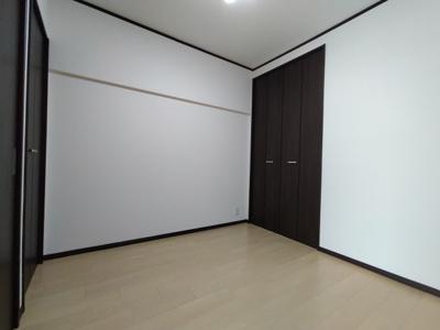 洋室(4.48帖):別角度です。クローゼットが向かい合ってあります。