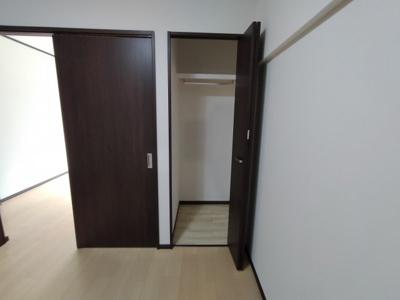 洋室(4.48帖)にある収納です。 奥行がありますね♪
