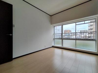 洋室(5.88帖):東向きの窓からの採光がたっぷり入る明るいお部屋です。 朝日が入り気持ち良く目覚める事ができますね♪
