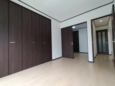 洋室(5.88帖):こちらのお部屋には、壁面いっぱいの収納力のあるクローゼットがございます。