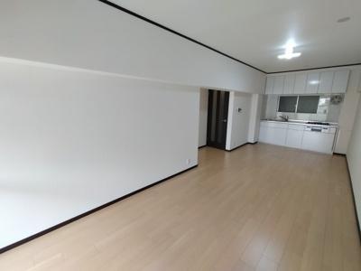 LDK(14.8帖):白を基調としたキッチンは圧迫感がなくお部屋が広く見えますね♪ 両面に窓があり通風も良好です♪
