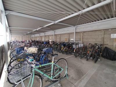 マンション敷地内にある駐輪場です。 屋根付で自転車を雨風から守れますね♪