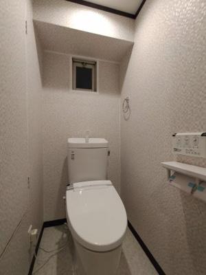 トイレ:リフォーム済で大変綺麗です。温水洗浄便座完備!! 窓があり採光や通風が取り込めますね♪