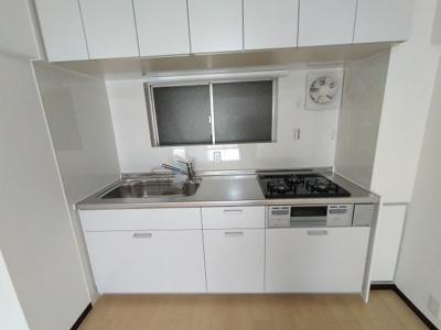 システムキッチンはリフォーム済です。 窓があるので、採光と通風が取り込めますね♪ 収納もたくさんついています。