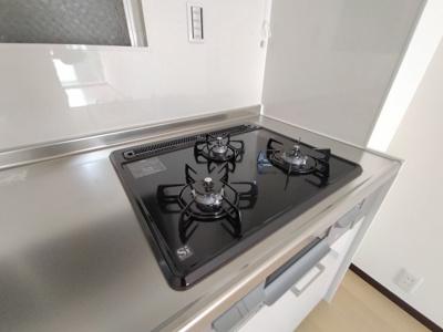 お手入れしやすく調理効率を高めるガラストップ3口コンロです。