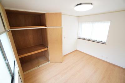【西側洋室約6帖】 たっぷり収納! コートやスーツだけでなく、収納棚を中にしまえば ニットやパンツも中にしまえて お部屋をすっきりとお使いいただけます! お部屋のコーディネートと幅が広がります♪