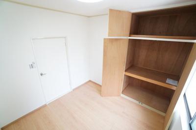 【2F洋室約4.5帖】 収納の多さも魅力です! 使い勝手の良い収納棚を設置しております。 居住スペースを充分に確保することができる為、 ゆとりある室内で、ゆっくりとご寛ぎいただけます。