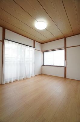 【東側洋室約6帖】 2面採光で主寝室クラスの広さがある洋間です。 メインバルコニーに面し、 とても明るく過ごしやすい居室となってます。 大型クローゼットも完備。 荷物も部屋に溢れる事なく広く使えます。