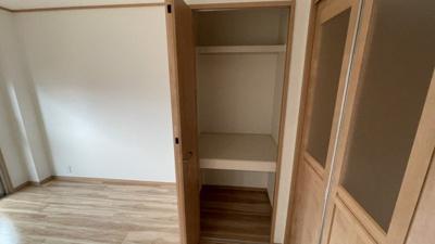 洋室の収納スペースです。奥行きがあるのでたくさん収納できそうです。