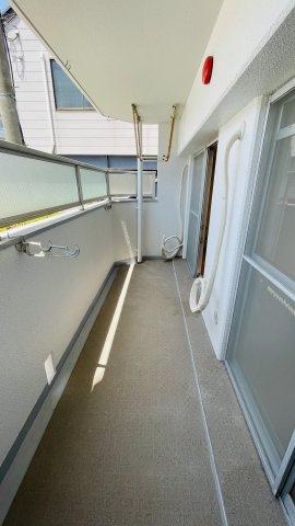 どのお部屋からもバルコニーにアクセスできるので、洗濯物干しやガーデニングのお手入れなども便利です。