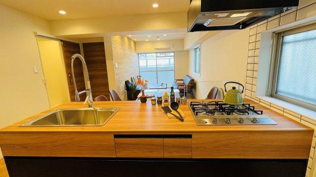 お料理をしながらでもご家族との会話を楽しめる対面キッチンです。リビングを見渡せる作りが人気です。