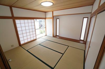 【Japanese-style room】 リビングに隣接した和室。 冬はコタツを置いたり、優しい畳の感触は 赤ちゃんのお昼寝にもぴったりです! 居室スペースとしてだけでなく、 客間としても十分ご活用