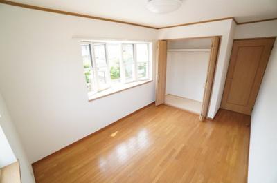 【2F側洋室約6.5帖】 2面採光で主寝室クラスの広さがある洋間です。 陽ざしがよく入るよう、開口部を多くとっているので とても、明るく過ごしやすい居室。 ウォークインが出来る大型クローゼットも完備。