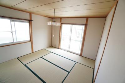 【2F和室8帖】 日本で生まれた世界に誇る文化の一つ、 和み室がある幸せを満喫して頂けます。 お子様の遊び室から客間としてまで、 多様なシーンに対応できます。