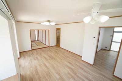 【約11.5帖のリビング・ダイニング】 ダイニングエリアのシーリングファンライトは 室内の空気をかなり循環させてくれるので 冷暖房効率が良くなります!