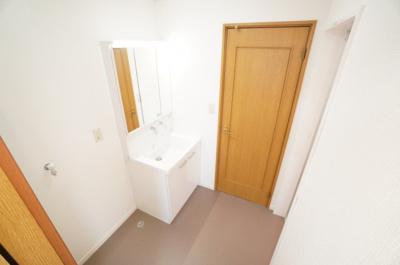 【パウダールーム】 廊下とキッチンへのウォークスルールーム。 装着が楽なワンタッチ式の給水栓! ドラム式の洗濯機も入るサイズですが、 お手持ちのサイズが入るか要確認です!