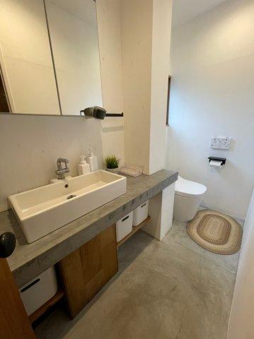 洗面所には大きな洗面台と鏡もついております、毎朝の身支度もスムーズです♪