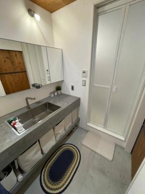 トイレはタンクレスになっており、もちろん備え付けの手洗いもございます。