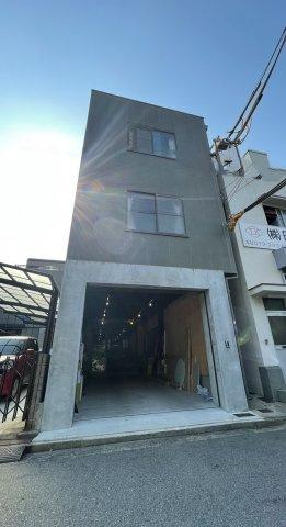 一階部分はガレージとなっております、外観も内装もおしゃれなお家です。