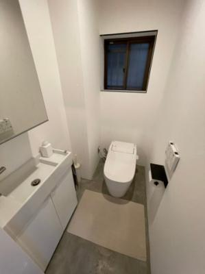 手洗い下は収納スペースがございますので、お掃除用品などもすっきり収納可能です!