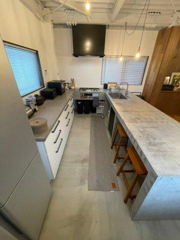 キッチンの下は収納箇所が多数ございます。また、椅子も収納可能ですのでそのままダイニングとしてもお使い頂けます。
