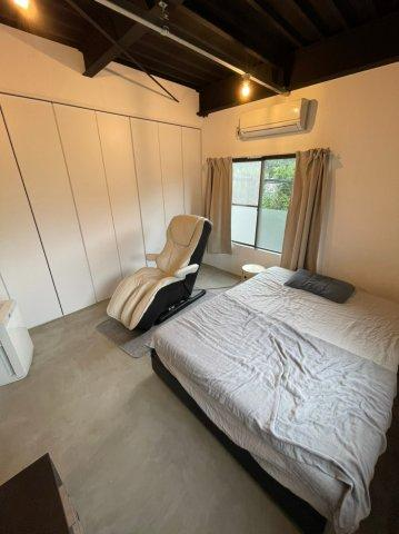 洋室は日当り通風良好です、大きな収納スペースもございましてすべての扉をオープンにする事も可能です。