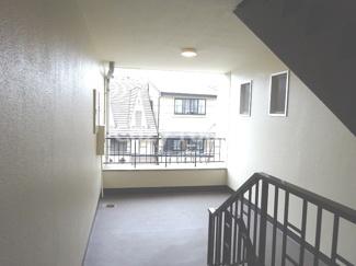 共有スペースのゆったりとした階段です