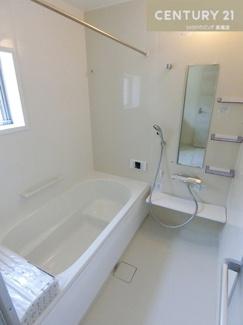 【2号棟写真】 シャワー付きの三面鏡化粧台で朝の身支度もスムーズにできそうですね。