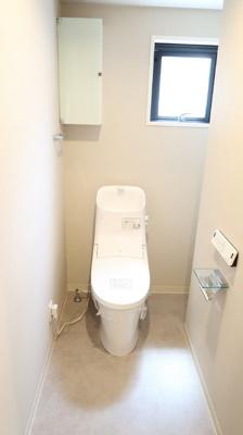 リフォームで新規交換しています♪白を基調としたカラーリングで清潔感が漂います♪トイレ上部には収納設置しています。トイレのお掃除用品や、トイレットペーパーの収納にも役立ちますね♪