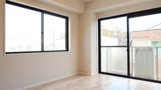 二面採光の窓からは快適な光を取入れ、風通しも良いので、いつも快適です。眺望も良いので開放的な家族の時間が過ごせますね♪