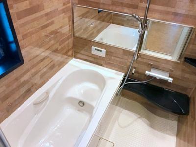 木目調のパネルがオシャレな浴室です♪