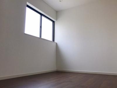 階段あがってすぐの6帖の洋室です♪