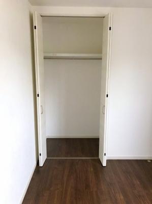 階段あがってすぐの6帖の洋室の収納です♪