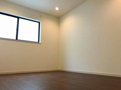 2階の真ん中の6帖の洋室です♪