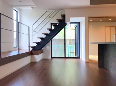 スケルトン階段にアイアンの手すりがオシャレな約24.3帖の大空間なLDKです♪