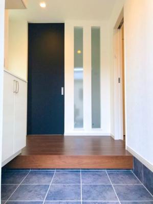 左手はシューズボックス、玄関あがって右手は洗面室、突当りの黒い扉がLDKへの入り口です♪