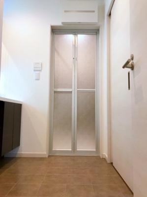 洗面室は玄関ホール、キッチン2個所から出入りができる2WAY使用です♪