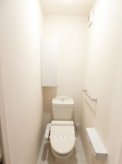 洋室6帖のお部屋にあるワンステップクローゼットです!棚が2段+ハンガーラックでたっぷり収納出来ます☆