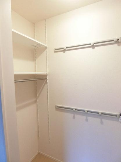 玄関横にある収納スペースです!奥行きのある収納で、かさ張るお掃除用品などもすっきり収納できて便利!