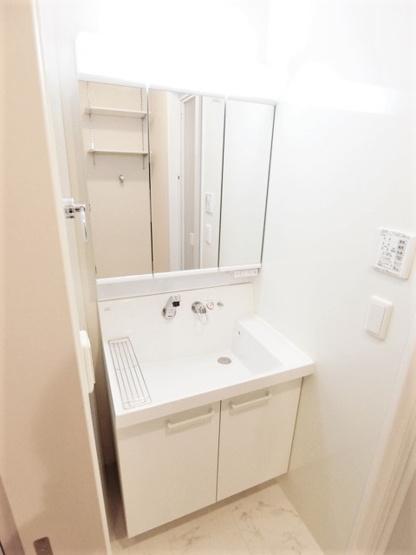 人気のシャワートイレ・バストイレ別です♪小物を置ける便利な棚やタオルハンガーも付いています♪