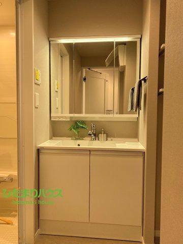 鏡の後ろか収納棚、散らかりがちな洗面所もスッキリ見せてくれますね。