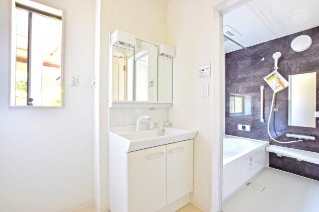 お手入れの簡単なシャワー式の洗面化粧台です。 (撮影時電気未通となっております。)