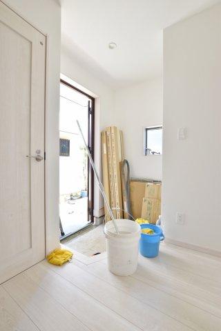 家族と来訪者が最初に見るのが玄関。ホールをしっかり設けることで、住空間との住み分けと良好な第一印象を両立しています。(撮影時電気未通となっております。)