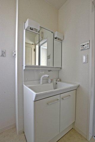 3面鏡900mm幅の洗面台をご用意しました。(撮影時電気未通となっております。)