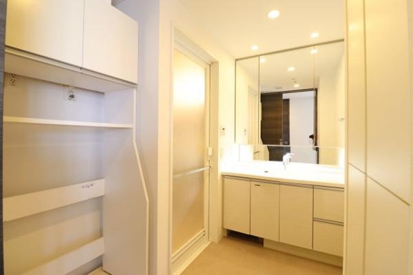 【独立洗面台】鏡裏に収納スペース有!蛇口はシングルレバーで機能性良好♪