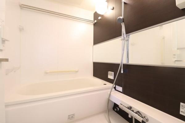 【風呂】ダークグレーの壁で洗練されたバスルームです。お湯が冷めにくい魔法びん浴槽♪