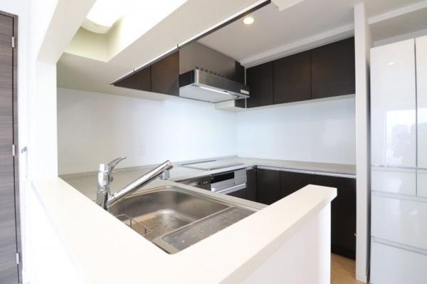 【キッチン】壁が遮らないオープンな作りでカウンタースペースも広々お使いいただけます!