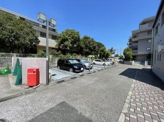 裏手側に駐車場があります。