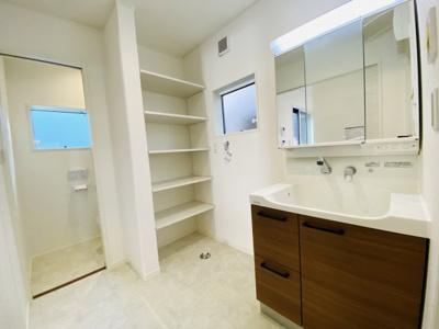 シャワー水栓・鏡裏収納・引き出し収納、使いやすい洗面台です。